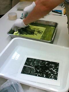 すばやくプリントを漂白液の中に入れ10分間攪拌します