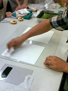 表面を下にして準備したガラス板(アクリル板)の上に置きます