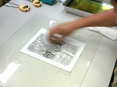 水分を含んだ脱脂綿で余分なインクを拭き取ります